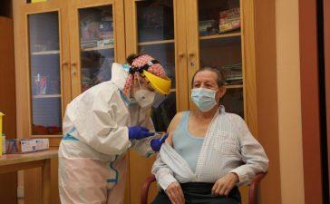 Ignacio de 72 años primer paciente y Donila primera trabajadora en vacunarse del Covid-19 en el Bierzo 1